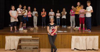 A profesora Carmen Pedreira xunto cos nenos e nenas que forman a Rapazada do Saíme