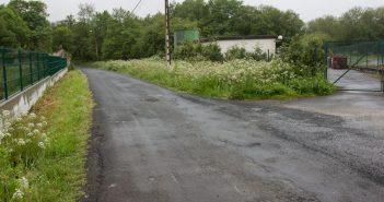 A pista pasa polo lateral da EDAR de Cornide