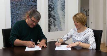 O alcalde e a presidenta da ANPA suscribiron o acordo este luns
