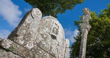 Cruceiro de San Cristovo, situado ao pé da capela do santo