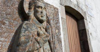 Detalle do cruceiro situado na fachada da capela de Santo Estevo