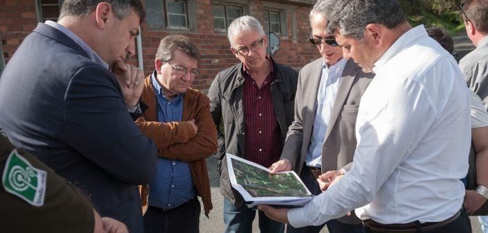 Ovidio Rodeiro -á dereita- visitou as zonas afectadas na compaña de representantes municipais de  San Sadurniño e Neda