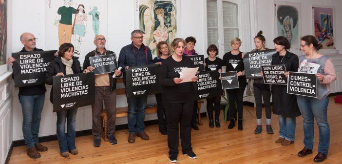 A concelleira de Igualdade, Ana B. Gundín, leu o manifesto na galería do Concello