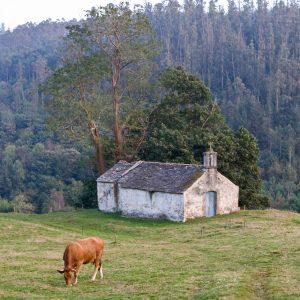 A Capela de Amido atópase nun contorno de alto valor etnográfico e paisaxístico
