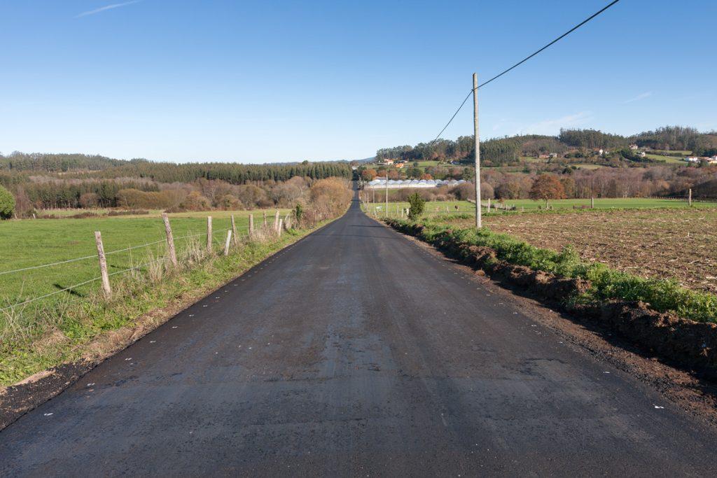 En Santa Mariña tamén se aglomerou a pista que une Castrelo coa Golpilleira (1,7 Km.)
