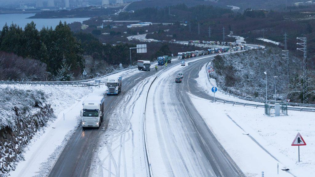 O tráfico na AG-64 estivo interrompido para vehículos pesados entre as 7 e as 9.30h.
