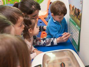 As nenas e nenos levan conta no almanaque dos días que faltan para o nacemento dos pitiños