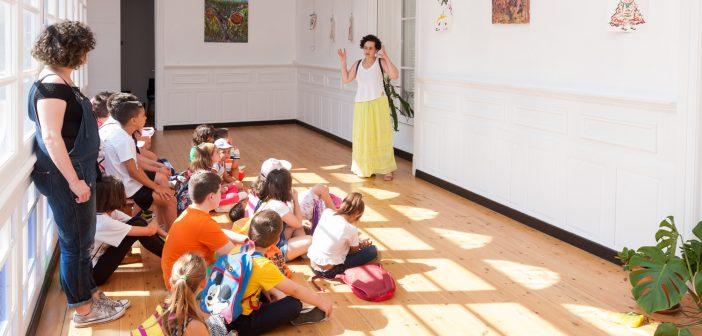 A rapazada da Aldea de Verán visitou recentemente a exposición pictórica de Antón Meizoso