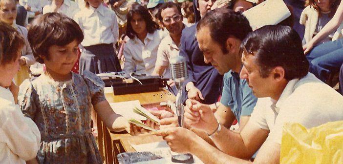 Díaz Raña -con camisa azul- ao lado de Santiago Secada nun acto