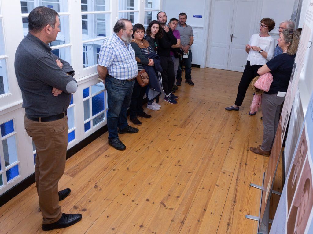 Antes da proxección, a representante da ARMH, Cristina García, guiou o público pola exposición