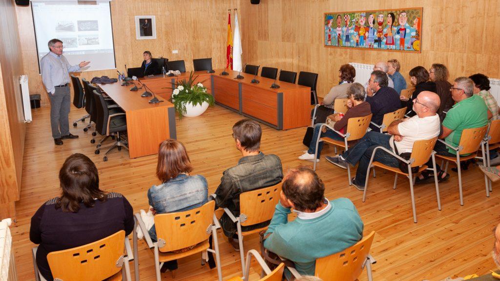 Unha vintena de persoas asistiron á charla de Enrique Barrera, entre elas familiares de exiliados que foron parar a Mauthausen