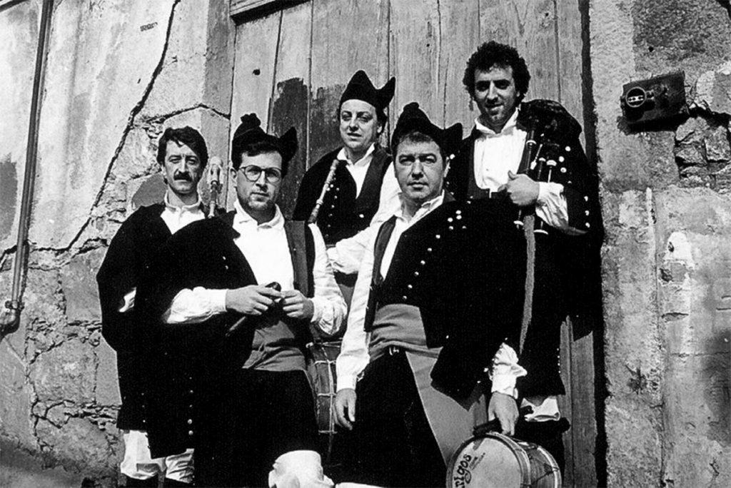 Por Raparigos pasaron varios intérpretes ferroláns. Da formación orixinal só continúa Xan Rodríguez Silvar.