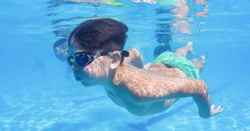 neno_piscina_nadando