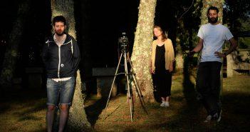 A directora Mar Catarina cos seus amigos/actores Cibrán Tenreiro -á esquerda- e Toni Colombo. Foto: Gabriel Tizón