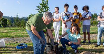Pablo Martínez -de pé  no centro da imaxe con camiseta branca- durante a plantación da árbore conmemorativa do Chanfaina Lab 2018-19