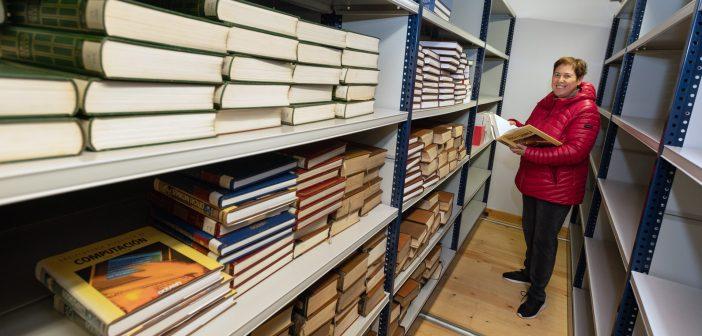 Anabel Gavín combina o seu traballo na biblioteca co de dixitalización das referencias do arquivo municipal