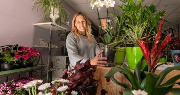 Tania Couce, da florería La Feria, móstrase optimista sobre a recuperación do seu negocio tras dous meses de peche forzado