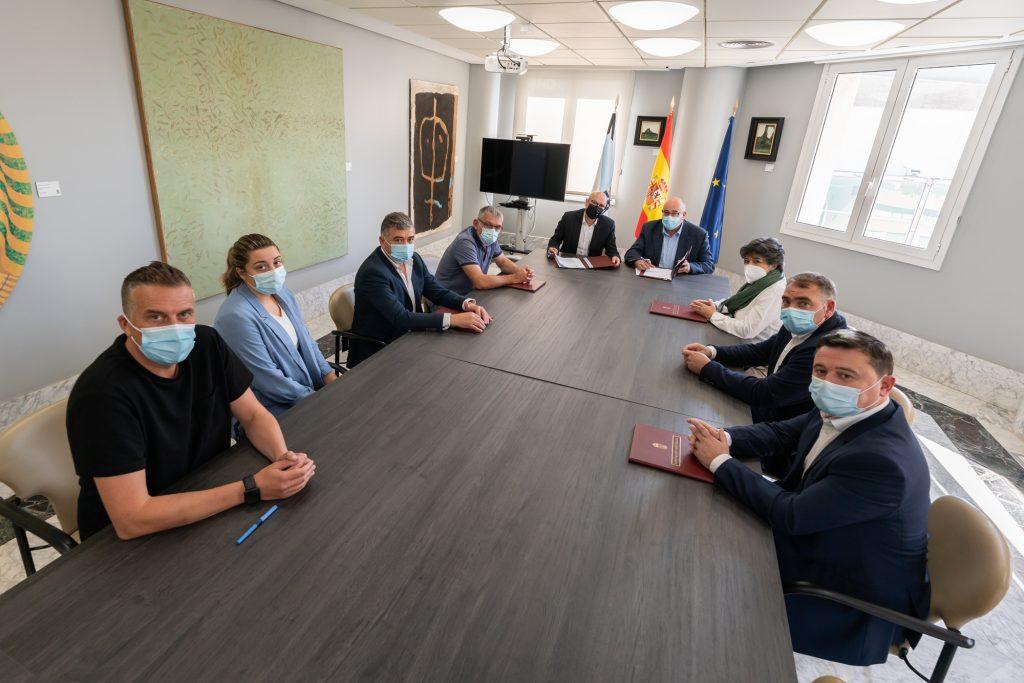 No acto de sinatura estiveron presentes a alcaldesa e os alcaldes dos sete concellos promotores