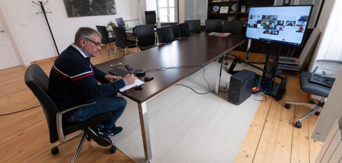 Imaxe da reunión virtual na que a Xunta detallou os pormenores da participación municipal no Plan de rescate da hostalaría